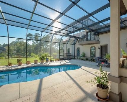 дом с бассейном на улице